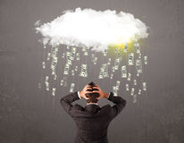 Affärsman i dräkten som ser molnet med fallande pengar Royaltyfri Fotografi