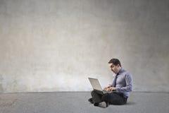 Affärsman med datoren Arkivbilder