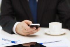 Affärsman med läs- nyheterna för smartphone Arkivbilder