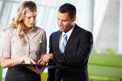 Affärsman och affärskvinnor som har informellt möte i regeringsställning Arkivfoton