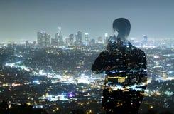 Affärsman och nattstad Arkivfoto