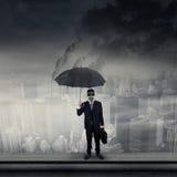 Affärsman på bärande gasmask för tak Royaltyfria Bilder
