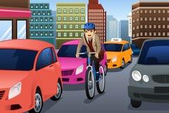 Affärsman som cyklar i staden Arkivfoto