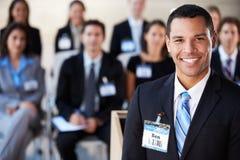 Affärsman som levererar presentation på konferensen Royaltyfria Foton