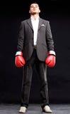 Affärsman som är klar att slåss med isolerade boxninghandskar - Fotografering för Bildbyråer