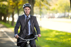 Affärsman som rider en cykel för att arbeta, conce för begreppsgasbesparingar Arkivbild