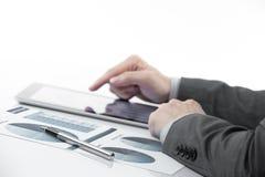 Affärsman som rymmer den digitala minnestavlan Arkivfoton