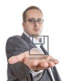 Affärsman som rymmer ett skivasymbol Arkivfoton