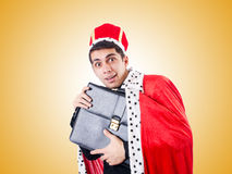 Affärsman som spelar konung mot lutningen Royaltyfri Fotografi