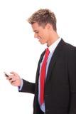 Affärsman som texting på smartphone Arkivfoto