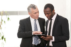 Affärsman som två har diskussion Arkivfoton