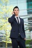 Affärsman som utomhus talar på mobiltelefonen Arkivbilder