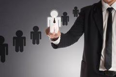 Affärsman som väljer den högra partnern från många kandidater, begrepp Arkivfoton