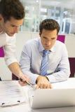Affärsman två arbetar i regeringsställning på bärbara datorn Arkivbild