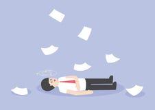 Affärsmanarbete som är hårt och som är medvetslöst på golvet Arkivfoton