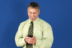 Affärsmanen som texting på cellen, ringer Royaltyfri Fotografi