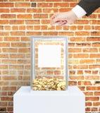Affärsmanhand som donerar pengar Arkivbild
