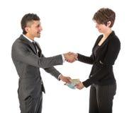 Affärsmannen betalar affärskvinnan Arkivfoton