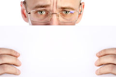 Affärsmannen rymmer arket av papper Arkivbild
