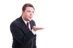 Affärsmannen som blåser något från, gömma i handflatan Royaltyfri Foto