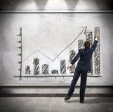 Affärsmannen visar ekonomisk tillväxt Arkivfoto