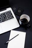 Affärsmanskrivbordworkspace med den bärbar datortangentbordet, kaffe och anmärkningen Royaltyfri Foto