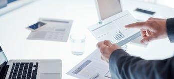 Affärsmän som använder en pekskärmapparat Arkivbilder