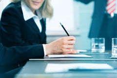 Affärsmöte med arbete på avtal Royaltyfri Bild