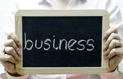 Affärsord som är skriftligt på svart tavla/chalckboard Arkivfoto
