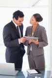 Affärspartnerarbete på tableten tillsammans Arkivbilder