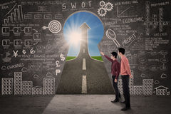 Affärspartnern söker efter begrepp för marknadsföringsframgångstrategi Fotografering för Bildbyråer