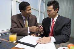 Affärspartners som är klara att underteckna avtalet Arkivfoton