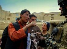 afgańczyk dyskutuje chłopiec Czech żołnierza obraz royalty free