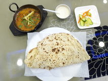 Afgani Indisch Pakistaans voedsel op de lijst stock afbeelding