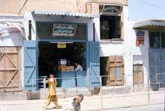 1975 afganistán Una tienda de la radio-reparación en Kandahar Foto de archivo libre de regalías