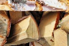Afgebroken berk woodpile met schors royalty-vrije stock afbeeldingen
