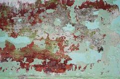 Afgebroken pellende verf, rode en groene grungetextuur als achtergrond Royalty-vrije Stock Foto's
