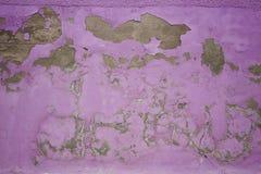 Afgebroken pellende verf, roze grungetextuur als achtergrond Royalty-vrije Stock Afbeeldingen