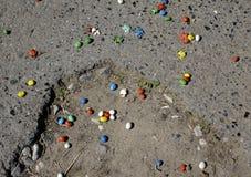 Afgebrokkeld suikergoed op de terloops verspreide weg stock foto