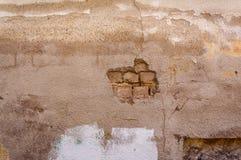 Afgebrokkeld van het behang van de gipspleister witte bakstenen muur achtergrond als achtergrond stock afbeelding