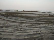 Afgedreven door auto van strand stock afbeeldingen