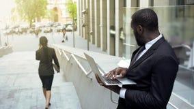 Afgeleide manager die op mooie bedrijfsdame in stadsstraat letten, affectie stock afbeeldingen