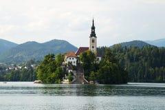 Afgetapt Meer met Kerk erachter Eiland en Kasteel Stock Afbeeldingen