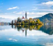 Afgetapt meer Mooi bergmeer met kleine Pilgrimag royalty-vrije stock afbeeldingen