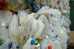 Afgevlakte melkkruiken bij het recycling van centrum Stock Afbeeldingen