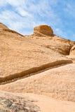Afgevoerd waterkanaal in zandsteenrotsen van de Rum van de Wadi stock foto's