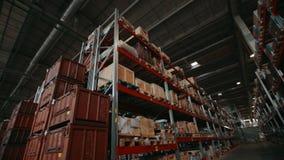 Afgewerkte producten in dozen en containers op logistische pakhuisplanken bij installatie stock videobeelden