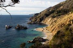 Afgezonderd Californisch Strand met Wit Zand en Turkoois Water Stock Fotografie