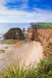 Afgezonderd strand door oceaan stock foto's