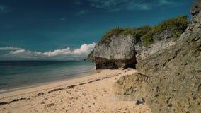 Afgezonderd wit strand voor klippen - Geger-strand, Bali stock video